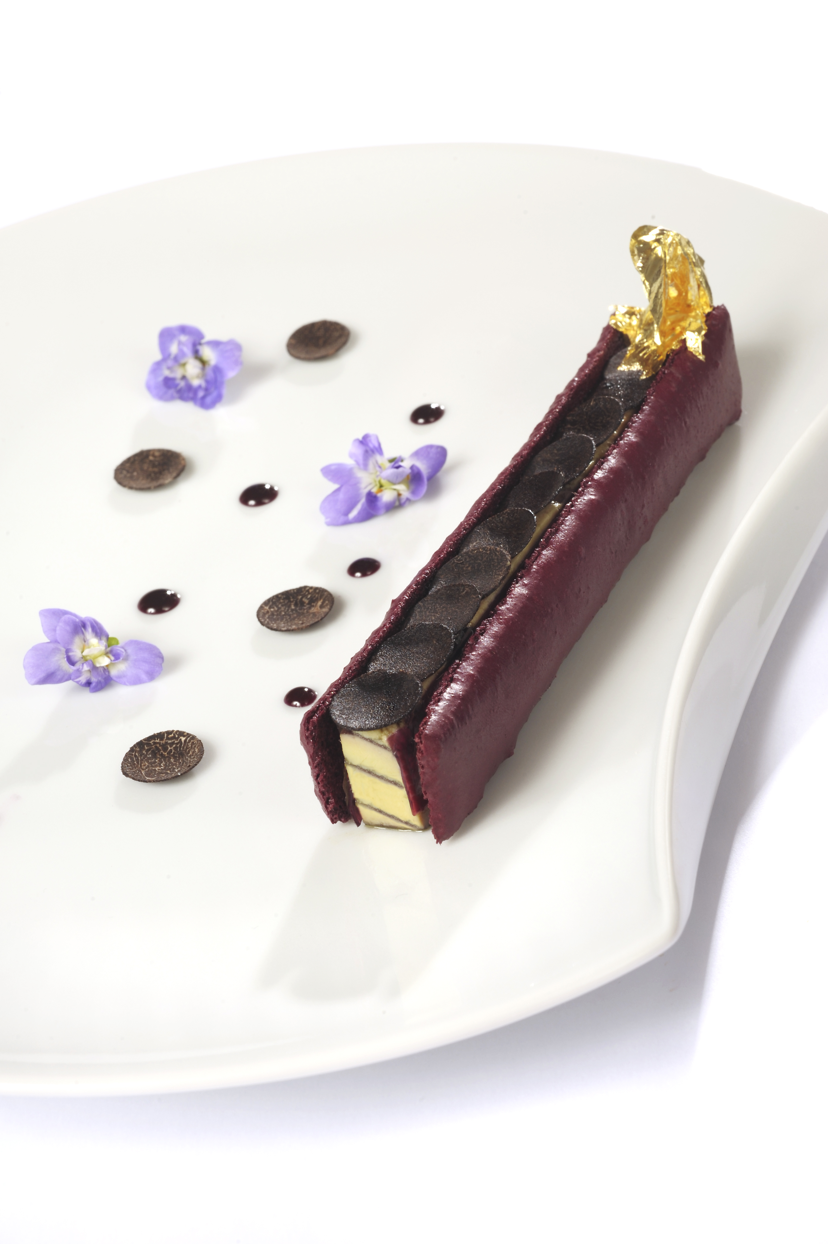 Foie gras de canard poché au porto en éclair macaroné à la violette ...